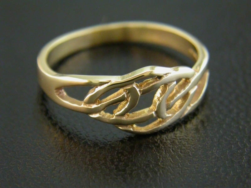A picture of '18ct Rhiannon Welsh Gold Fyrnwy Ring'