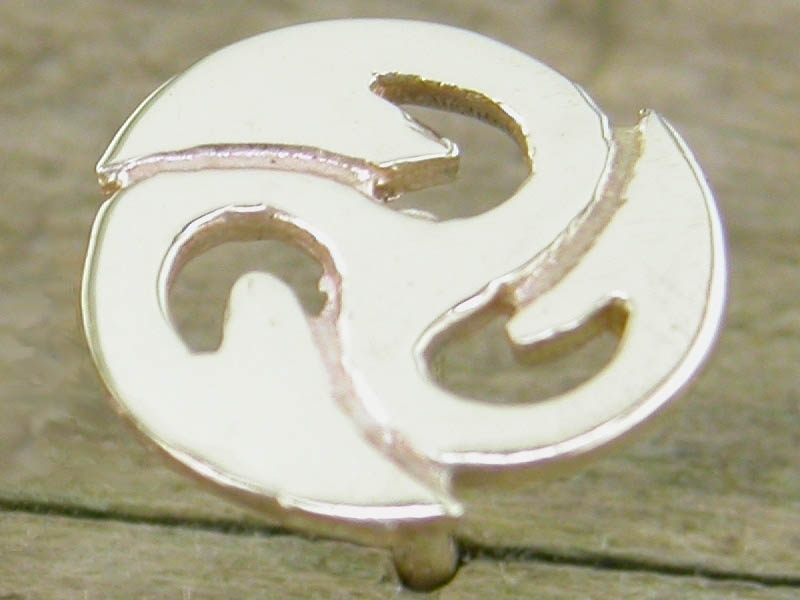 A picture of '9ct Small Triskele Pin'