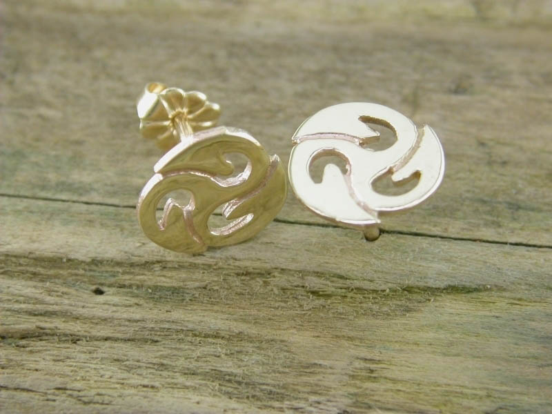 A picture of '9ct Gold Small Triskele Earstuds'