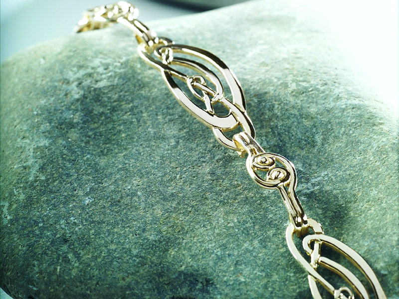 A picture of '9ct Gold Love Knot Bracelet'