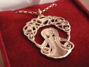 A picture of '18ct Gold Rhiannon Pendant'