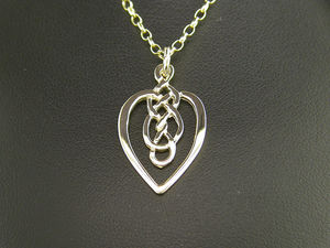 A picture of '9ct Rhiannon Welsh Gold Ivy Pendant'