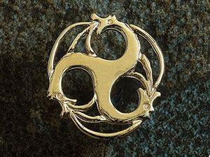 A picture of '18ct Rhiannon Welsh Gold Merlin Pin'