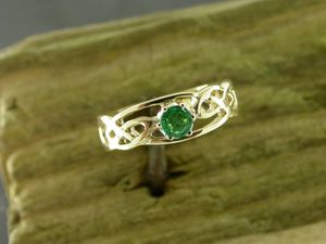 A picture of '18ct Rhiannon Welsh Gold Myrddon Ring'