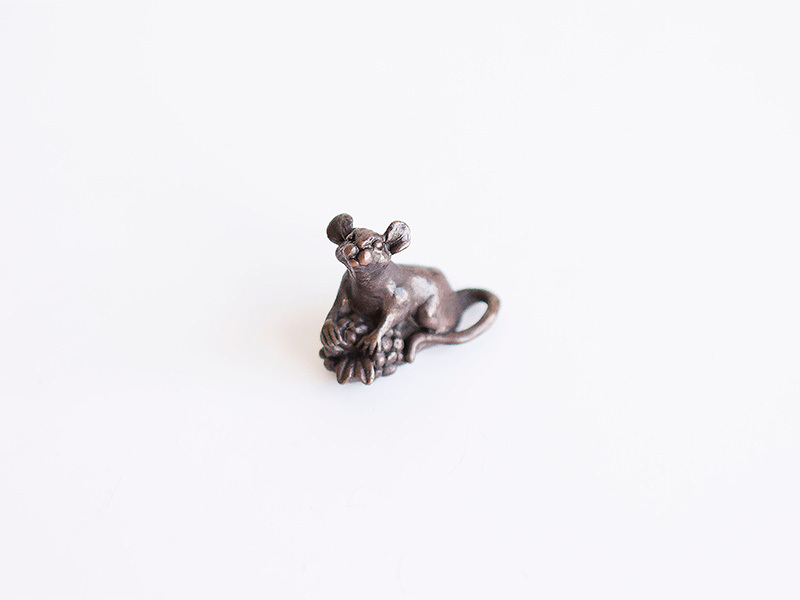 A picture of 'Miniature Bronze Mouse and Berry''