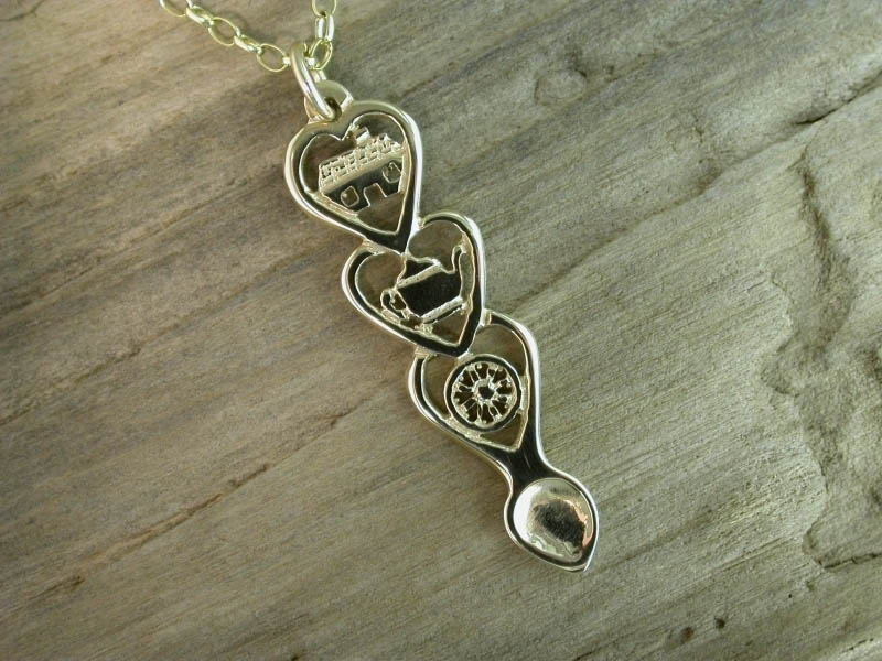 A picture of '9ct Gold Croeso Love-spoon Pendant''