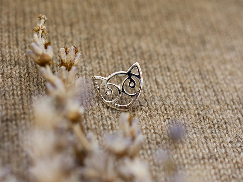 A picture of 'Silver Small Snowdon Cat Pin''