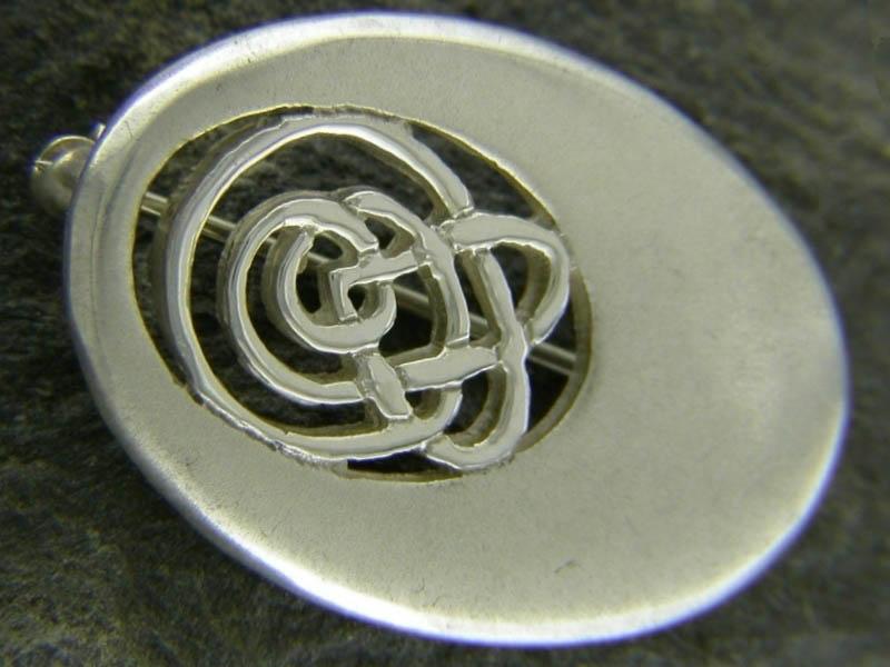 A picture of 'Silver Oval Calon Lân Brooch''